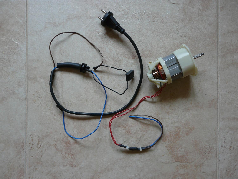 motor a původní ovládání sekačky