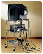 TV na stolku s kabelem